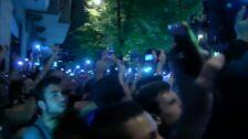 Manifestantes lanzan bolsas de basura ante la delegación de Gobierno en Barcelona