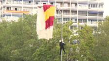 Un paracaidista choca contra una farola en el desfile del 12 de octubre