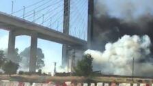 Incendio en Sevilla causa una gran columna de humo