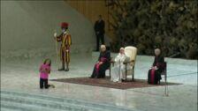 Una niña interrumpe la audiencia del Papa y se pone a jugar frente a él