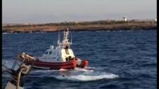 Un migrante del Open Arms se lanza al agua en el día 19 a bordo