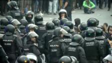 Batalla campal en el Prat entre independentistas y Policía