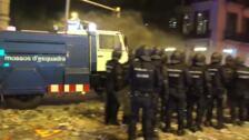 Los Mossos estrenan su cañón de agua en la Via Laietana para apartar barricadas