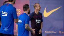 Los jugadores del Barcelona acuden a entrenar