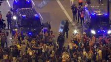 Manifestantes independentistas evitan episodios violentos en la sexta noche de protestas en Barcelona