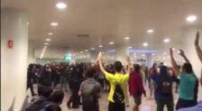 Mossos cargan dentro del aeropuerto del Prat