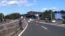 En bicicleta eléctrica municipal, por el medio de la A-8