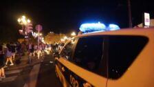 Amplio despliegue de la Policía Municipal de Bilbao en el puente del Arenal para evitar el top-manta
