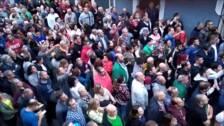 Tensa protesta contra los okupas que han entrado en la vivienda de una señora de 94 años en Repélega