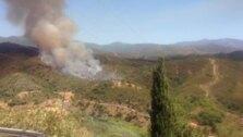 Medios aéreos y efectivos del Infoca intentan sofocar el incendio en el paraje Peñas Blancas de Estepona