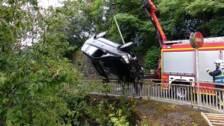 Los bomberos han sacado un coche del riachuelo del camino de Igara en Donostia