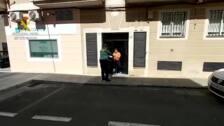 La Guardia Civil colabora en el reparto de libros de texto a numerosos escolares de la localidad de Coria
