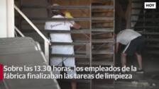 Los trabajadores de la panificadora colaboran en la limpieza de la nave para reanudar su actividad cuanto antes