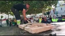 Guadiana retira la placa y el escudo franquistas de su Ayuntamiento