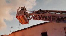 Los bomberos intervienen en el rescate a dos personas de una vivienda en llamas en Mérida