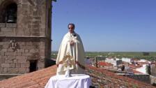 Juan Manuel García, el sacerdote de Arroyo de la Luz, se sube al tejado de la iglesia para bendecir el pueblo y a toda la comarca