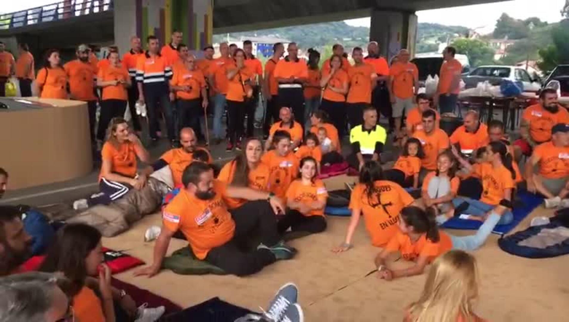 Los trabajadores de Vesuvius duermen bajo un puente en señal de protesta