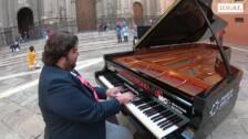 Ambrosio Valero toca el Nocturno de Chopin para IDEAL en la plaza de las Pasiegas