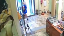 Dos mujeres roban una guitarra en una tienda de Granada