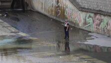 Un hombre pesca en un charco del Genil con las compuertas a rebosar