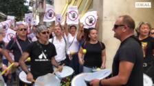 Vecinos de Montefrío protestan ante la sede de Endesa por los continuos cortes de luz que sufren en el municipio.