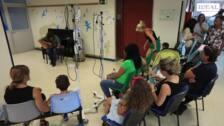 El pediatra Miguel Ángel Delgado cura a los niños del Materno con sus canciones