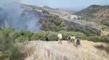 Bomberos e Infoca combaten un incendio declarado junto al Sacromonte