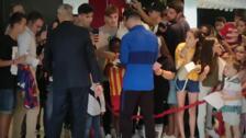 El FC Barcelona llega al hotel levantando la ilusión y también algunas quejas de algunos aficionados