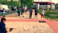 El video va acompañado de canciones conocidas por todos (Se buscan Valientes y Despacito)