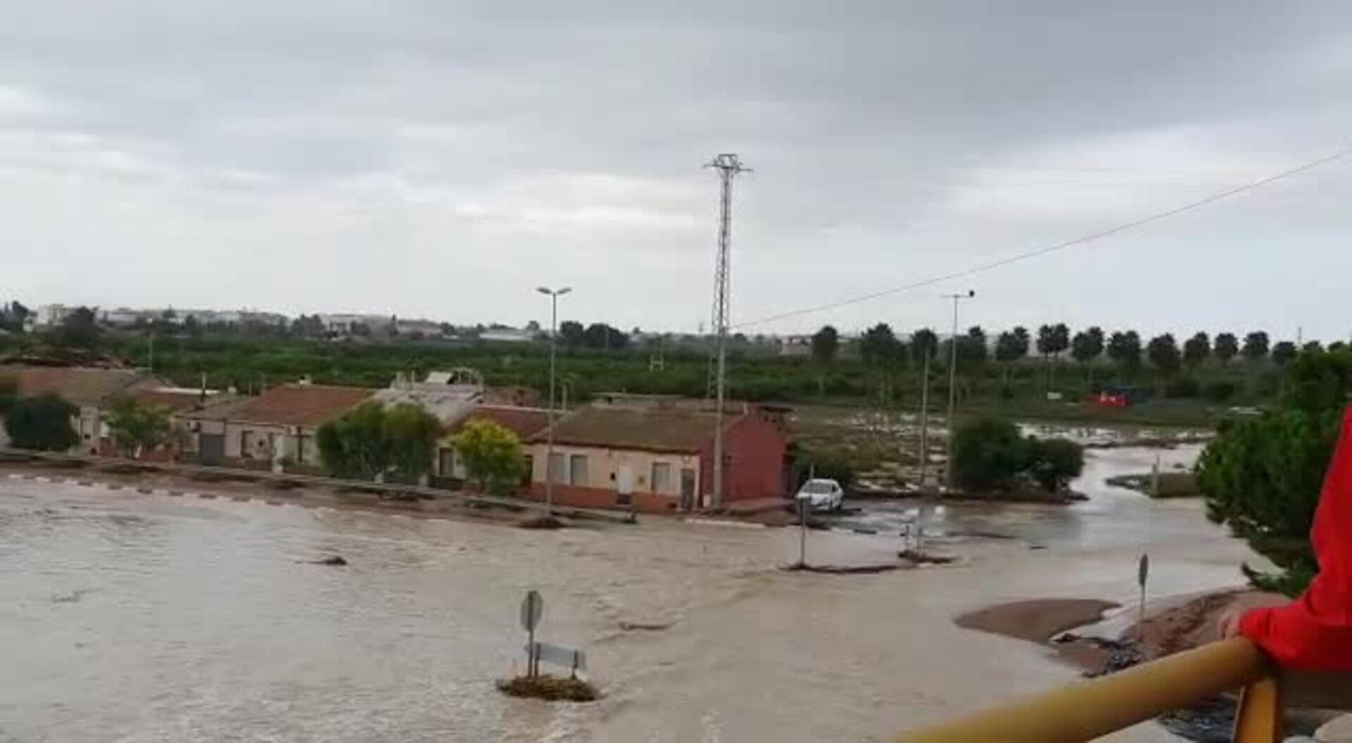 Almorardí, inundada tras la rotura del muro de canalización del río Segura