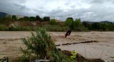 Espectacular rescate durante el desbordamiento del río Cànyoles