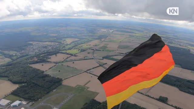 Ralf Grabowsky springt mit Deutschland-Fahne aus dem Flugzeug - Weltrekord