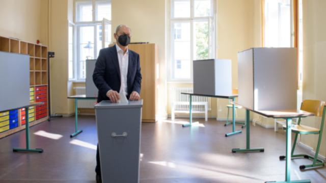"""""""Heute ist ein schöner Tag"""" – SPD-Kanzlerkandidat Scholz gut gelaunt bei Stimmabgabe"""