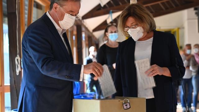 Fauxpas bei Wahl: Armin Laschet gibt Stimme falsch ab