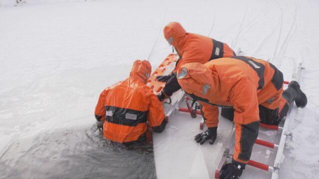 Eisrettung: Feuerwehr übt für den Ernstfall