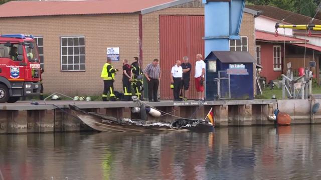 Motorboot brennt vor Mönkebude aus – Familie gerettet (Video: Christopher Niemann | 29.07.2021)