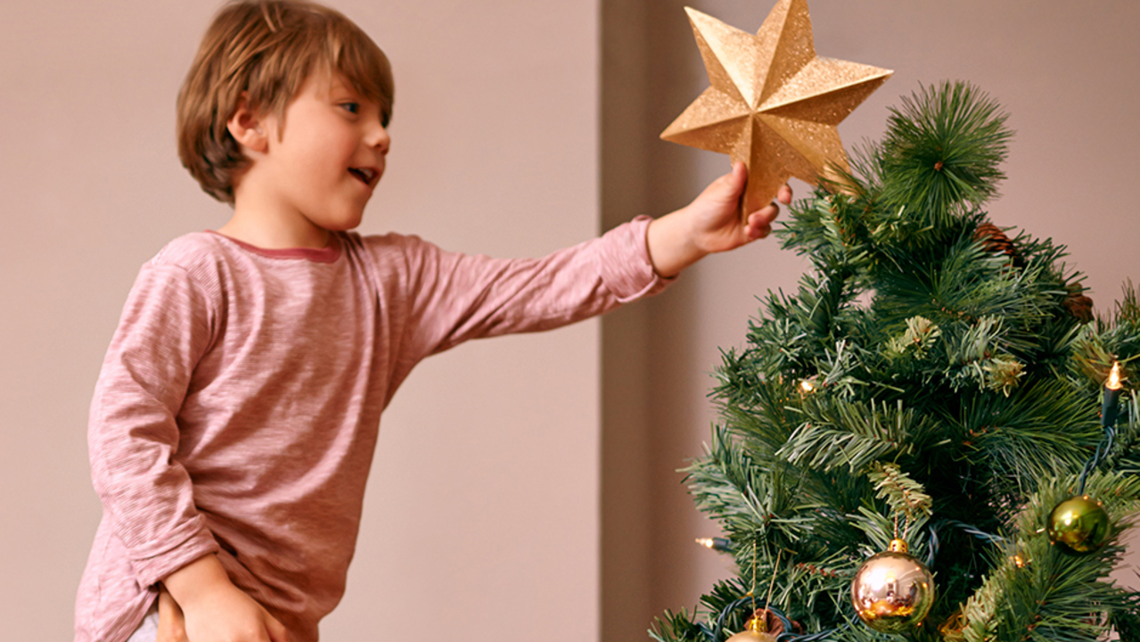 Here S How You Ve Been Hanging Your Christmas Tree Lights Wrong All This Time
