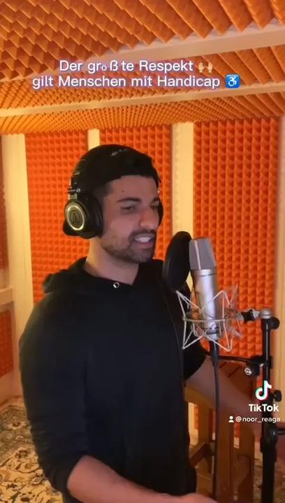 Noor Al-Tamemy beim Rappen im Tonstudio.