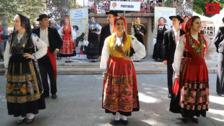 El grupo folclórico portugués 'Lavradeiras da Meadela' realiza el taller 'Baila con nosotros'