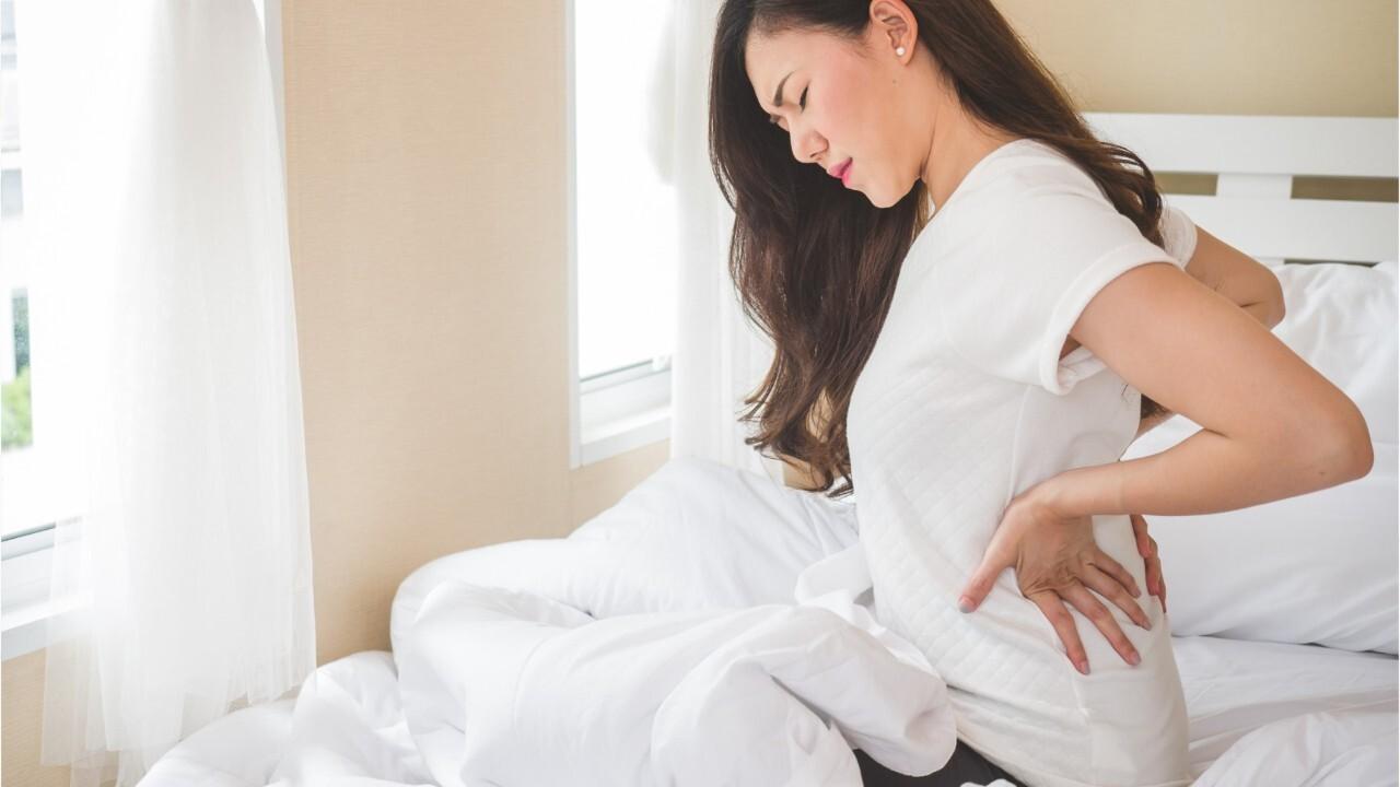 FEMME ACTUELLE - Mal aux reins : les symptômes qui doivent alerter
