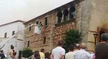 Los bomberos intervienen en un incendio en una parroquia en Cabeza del Buey