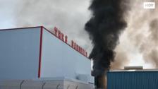Controlado el incendio de la panificadora que ha obligado a evacuar una zona del Nevero en Badajoz