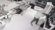 Un encapuchado roba en el restaurante de la Isla