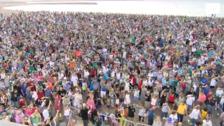 9.721 personas baten el récord de escanciado simultáneo en Gijón