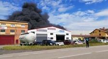 Un incendio en un taller provoca una gran humareda en Siero