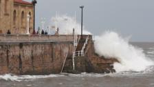 El mar atiza la costa gijonesa