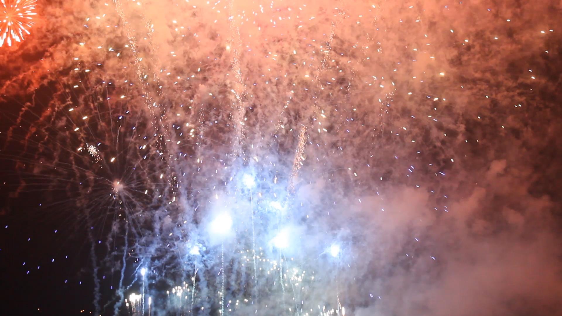 La gran Noche de los Fuegos ilumina Oviedo
