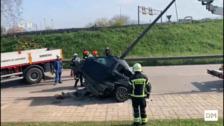 Accidente coche atravesado por farola en Avenida Parayas