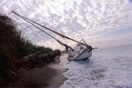 Así intentaron rescatar el velero varado en Salobreña