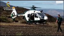 Miembros de la Guardia Civil rescatan a dos personas atrapadas en una caravana en la rambla de Tabernas